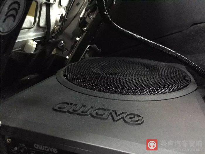 超薄低音炮安装在座椅下方