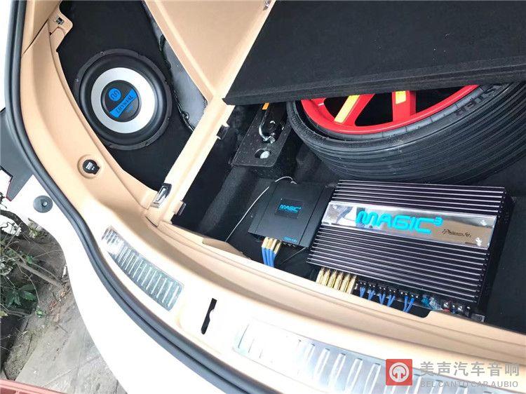 保时捷macan功放和dsp安装在备胎旁.jpg