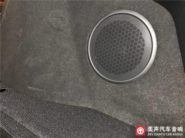 本田冠道前声场安装德国艾索特RE165.3参考级三分频,后声场选用德国艾索特AK165.2两分频、后环绕M4中音,两台P4四路功放推动,一只8寸超低音原装位安装,P1单声道低音功放推动,MusicBook R6调音。